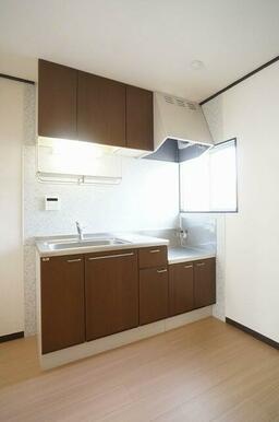 【キッチン】キッチンは上下に収納を設けたシステムキッチンを採用!目の前に給湯操作パネルもあり、温度調