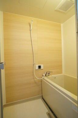 【浴室】浴室には一面にナチュラルウッド調のシートを貼り、全体の雰囲気をリフレッシュ♪