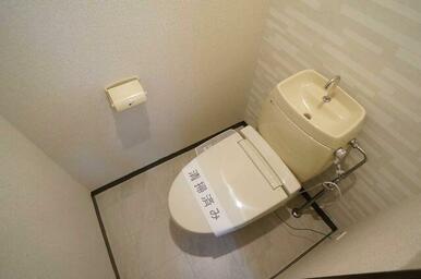 【トイレ】トイレには洗浄便座も設置!洋室と同じアクセントクロスを採用する事で統一感も出しています♪
