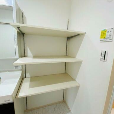 脱衣室には可動棚付き!タオルなどが置けて便利ですね♪