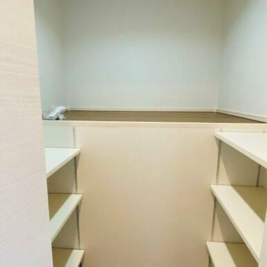 2階納戸。中段があり布団も収納できます!