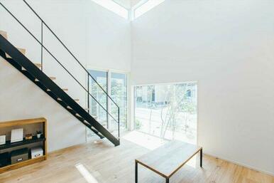 【B号地プラン例①】 吹き抜けには大きな窓を設置し、自然光を取り入れ、明るく開放的に。窓枠が外の景観