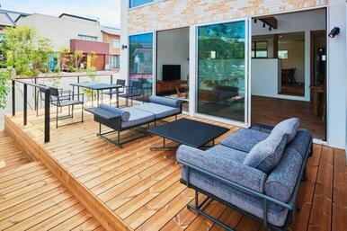 【B号地プラン例③】 開放感のあるウッドデッキには、アンティーク調の木材を使用。カフェのオープンテラス