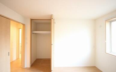 洋室はファミリー世帯にも納得の収納がありママにも優しいスタイルです。