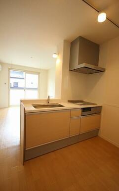 キッチンはIHコンロ採用していますのでお料理時にもCO2を発生せずクリーンな室内空間を保ちます。