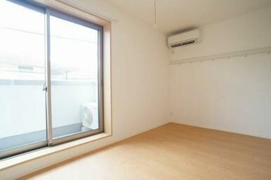 エアコン付洋室♪雨の日に重宝する室内物干フックもございます♪