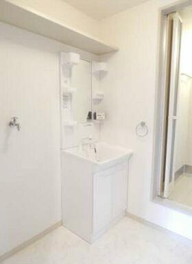 洗面化粧台がバスルームから独立しているので足が濡れません!忙しい朝も快適ですね☆