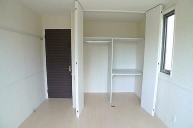 ☆右側は棚、左側はハンガーパイプが付いています♪天井までたっぷり収納することができます◎