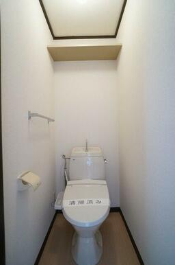 【トイレ】トイレには需要の高い洗浄便座を設置♪上部の棚にはトイレットペーパー等の買い置きをストックし