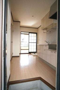 【玄関】玄関を入るとキッチン、洋室の順に広がっています!単身の方にオススメなコンパクトな間取りです♪