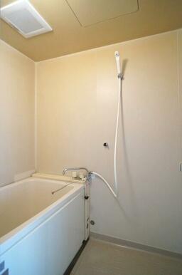 【浴室】浴室のシャワーホースは2つの高さに付ける事が出来るので、使いやすい高さに調整いただけます!