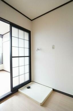 【洗濯機置き場】キッチンと洋室の間にある洗濯機置き場です。