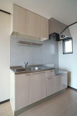 【キッチン】キッチンは上下に収納を設けたシステムキッチン!多くなってしまいがちなキッチン用品の収納も