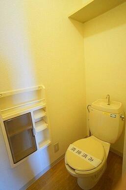トイレットペーパー等の収納に便利な棚付き