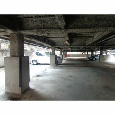 敷地一階が駐車場になっています。嬉しい車が濡れにくい造りです。