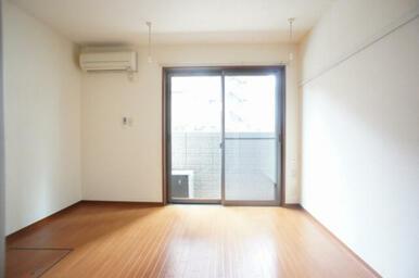【洋室】6.6帖のお部屋です☆ 室内物干が御座いますので、雨天時でも安心です♪