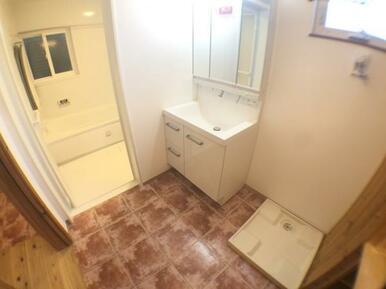 【洗面室】便利な収納付き!洗面台交換済み♪
