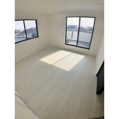 (洋室) 窓からのやさしい光が心地よいプライベートルーム。
