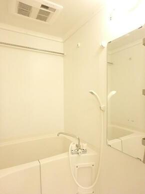 便利な浴室乾燥機付きのバスルーム