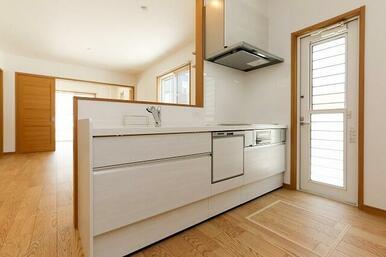 広々キッチンでIHだからお掃除も楽々。
