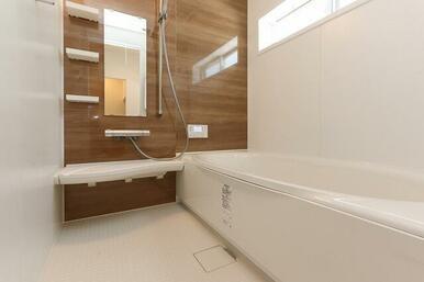 広めの窓がある明るい浴室