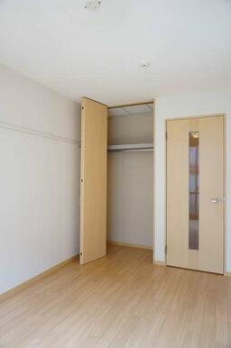 【収納】収納にはハンガーパイプを設置。下部にはスペースが有るので、コート等の長物も収納可能です。上段