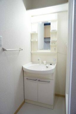 【洗面脱衣所】シャワーヘッドが付いている洗面台付きです!上部には棚がついておりますので、デッドスペー