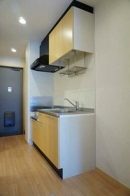 【キッチン】上段・下段に収納があるキッチンです。鍋を置いたり布巾を干したり出来るラックも付いています
