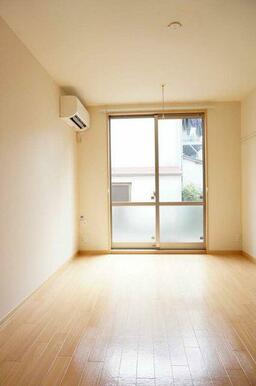 【洋室】写真右側には化粧幕板が有ります。ハンガーや時計なども掛けられます!7.0帖の洋室です☆