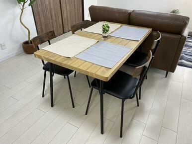 4人掛けのダイニングテーブル