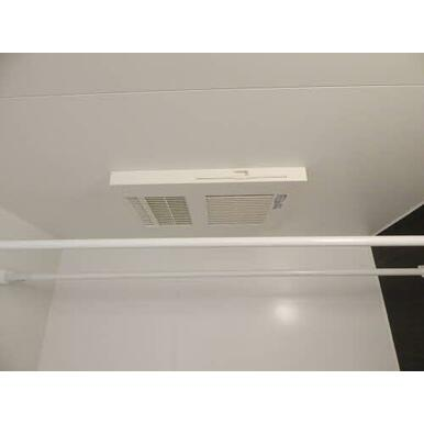 浴室暖房乾燥機が付いておりますので、冬の寒い日も快適な入浴が出来ます。雨の日や外出時の洗濯物も室内干