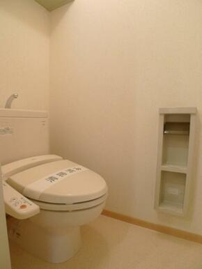 【トイレ】トイレには洗浄機能付き便座を設置!! ツールボックスや上部棚を設置しております♪