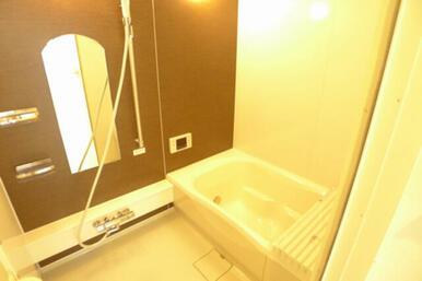 アクセントウォールが印象的なバスルームです。 ゆったりくつろぎある空間です♪