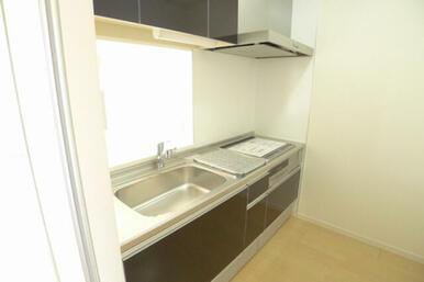 キッチンは対面式となります。 コンロは熱効率が高く、安全性の高いIHクッキングヒーター採用しておりま