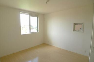こちらの洋室は6.4帖となります。 窓は2ヶ所設置しております★