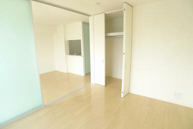 6.4帖洋室には敷居ないクローゼットご用意しております。安全性にも配慮した建具を採用しています♪
