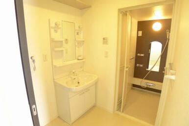 サニタリールームには洗濯機スペースもございます★ バスルームとは段差がありません。安全性に配慮してい