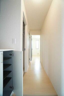 【玄関】シューズBOXは可動式の棚になっており、収納するものの高さに合わせて調整できます◎