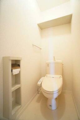 【トイレ】温水洗浄便座つきです☆上部には棚板があります♪