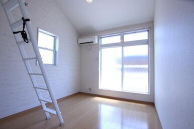 【洋室6.2帖】 角部屋・2面採光・エアコン付きのお部屋★