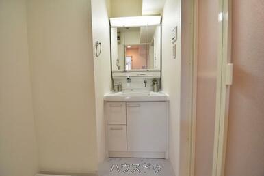 収納力もある使い勝手のいい洗面台です♪