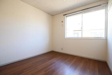玄関側洋室4.5帖、収納もあります♪