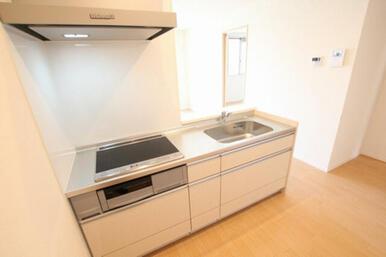 ◆キッチン◆3口コンロ・グリル付のIHクッキングヒーターです。