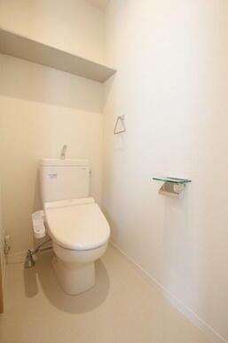 ◆トイレ◆やっぱり重宝します!バス・トイレ別!洗浄機能付き便座仕様です。収納棚もついています♪