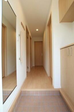 ◆玄関◆玄関にはお出掛け前の必需品「全身ミラー」が付いています♪また、上下セパレート型のシューズボッ