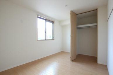 ◆洋室①◆6.2帖の南側の洋室①です。洋室①にはハンガーパイプ付きの収納があります。