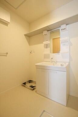 ◆洗面所◆朝の忙しいときに便利な洗髪洗面化粧台付き!収納棚も付いています♪もちろん室内洗濯機置場もご