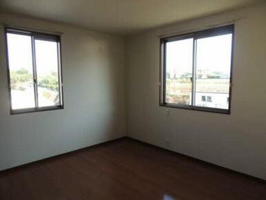 二面採光の為明るく、風通しのよいお部屋です。過ごしやすい季節は窓を開けて風を感じてください♪
