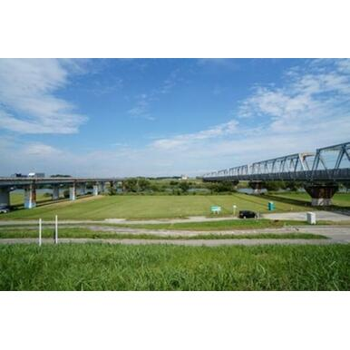 三郷の駅を出るとすぐに江戸川を渡ります。河川敷は市民の憩いの場。川の向こうはもう千葉県です。