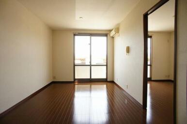 掃き出し窓の外のバルコニーへはリビング・洋室の両方から出る事ができます。